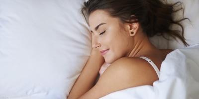 Сон в ночных линзах: риски и опасения